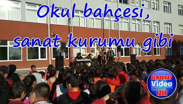 Okul bahçesinde konser verdiler