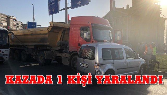 Alaplı´da kamyonet otomobille çarpıştı
