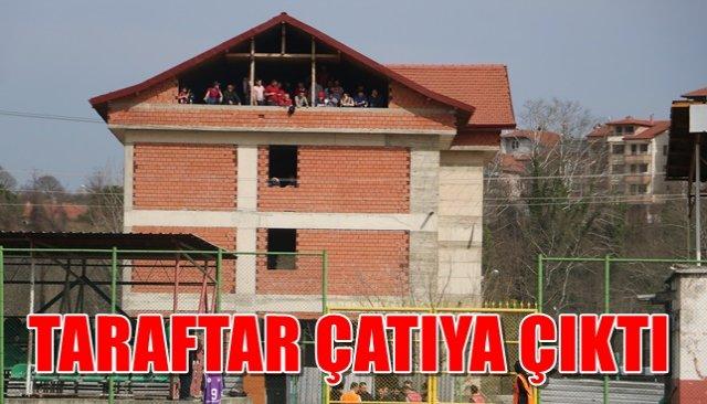 Cezalı maçta takıma destek için taraftarlar binanın tepesine çıktı