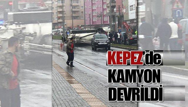 KEPEZ'DE KAMYON DEVRİLDİ