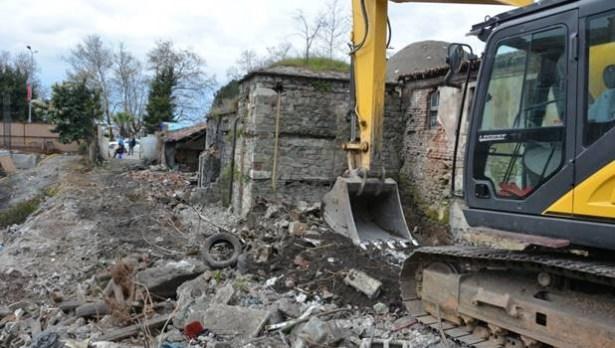 Tarihi hamamın yıkımına ara verildi