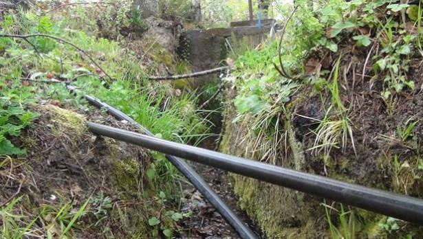 Köylüler, mezarlıktan gelen içme suyuna tepki gösterdi