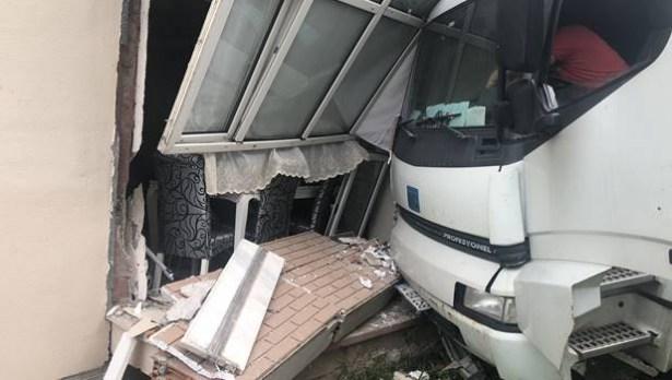 Deprem değil, kamyonmuş...