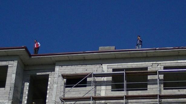 Maaşları için inşaatın çatısına çıktılar
